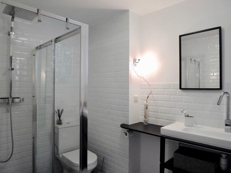 salle de bain contemporaine noir et blanc, création meuble vasque ...